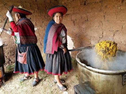 Naturally dyeing in Chinchero