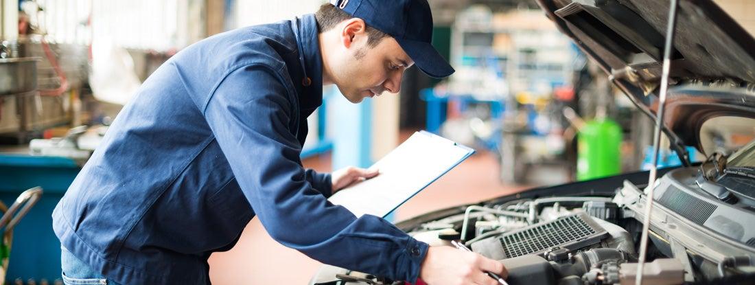 Механик за работой в своем гараже