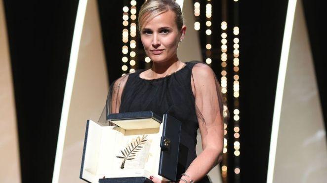Festival de Cannes : 5 choses à savoir sur Julia Ducournau, la seconde réalisatrice (seulement) à recevoir la Palme d'or