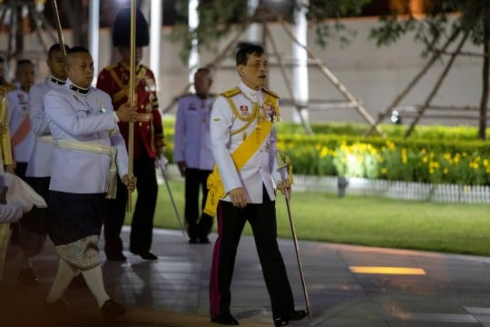Germany: Confined with 20 women, the Thai king makes an express return trip to his country