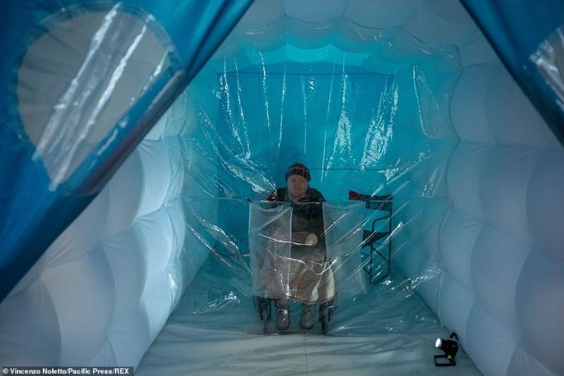 ابتكار غرفة بلاستيكية تتيح للمسنين رؤية أسرهم لأول مرة منذ بدء الوباء 1