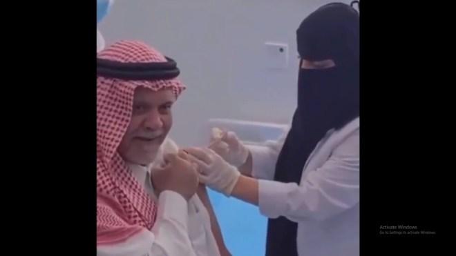 فيديو.. بندر بن سلطان يتلقى الجرعة الأولى من لقاح كورونا