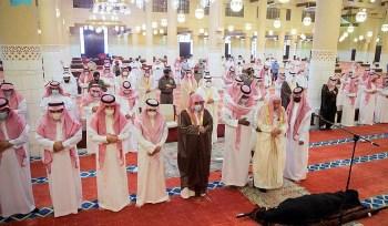 أمير الرياض بالنيابة يؤدي صلاة الميت على الأميرة العنود بنت مشاري