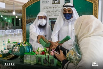 رئاسة الحرمين تستقبل المعتمرين بالهدايا التذكارية - المواطن