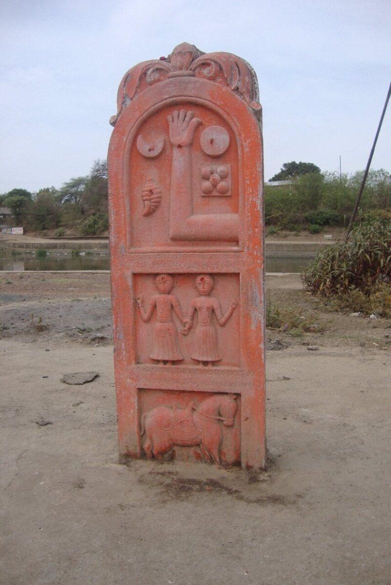 Цей камінь саті у Відіша Мадх'я-Прадеш багатий символікою та ієрархією, можливо, він зображує короля, який загинув у бою, його двох дружин та коня.