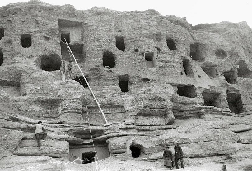 The northern section ofthe Mogao cliff. Lo Archive photograph, 1943–44. Princeton University (Lo mx070).