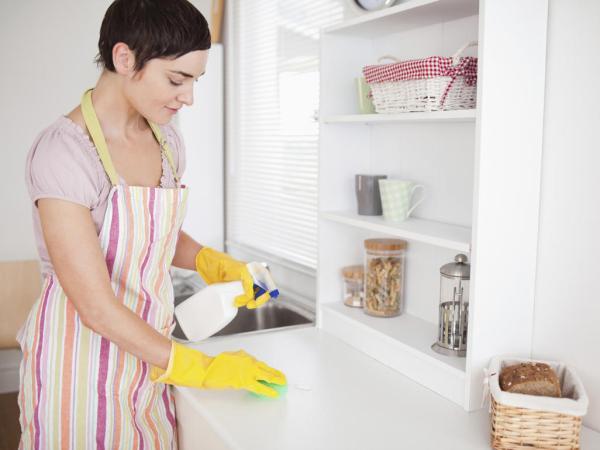 امرأة تنظّف