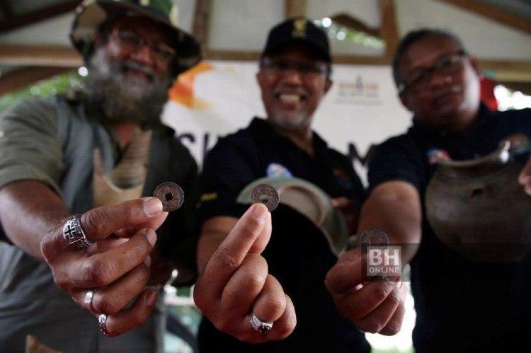 Mesran (tengah) bersama Dr Dionysius (kiri) menunjukkan artifak lama, serpihan seramik Celadon dan duit syiling Cina yang dipercayai daripada dinasti Tang, Song dan Ming yang ditemui di Kuala Pahang. - Foto NSTP/Farizul Hafiz Awang