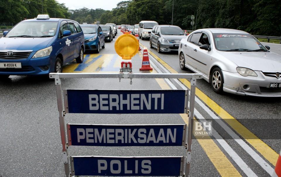 Deretan kendearaan awam melalui Sekatan Jalan Raya (SJR) di Plaza Tol Gombak dari arah timur menghala Kuala Lumpur di bawah Perintah Kawalan Pergerakan (PKP). - Foto NSTP / Mohd Yusni Ariffin