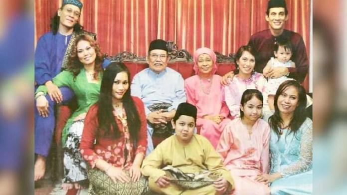 Gambar kenangan Faizal bersama arwah ibu bapa dan keluarganya. - Foto Facebook Hussein Abu Hassan