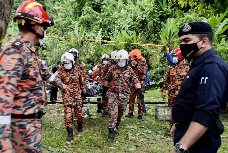 Anggota bomba mengangkat mayat di lokasi kejadian. - NSTP/Fathil Asri