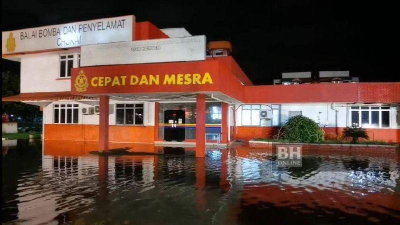 Balai Bomba dan Penyelamat Chukai dinaiki air. - Foto NSTP/Zatul Iffah Zolkiply