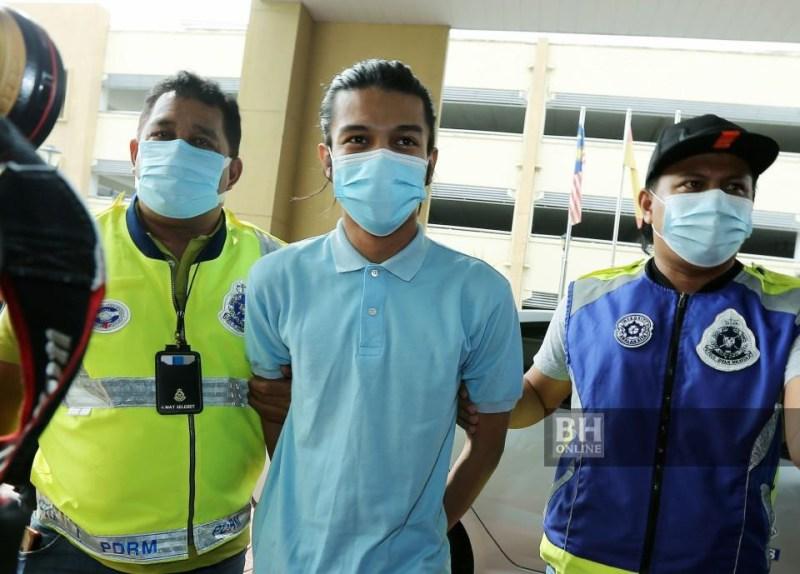 Syed Shah Iqmal (tengah) didakwa di Mahkamah Sesyen Petaling Jaya, hari ini atas tuduhan melakukan persetubuhan luar tabii terhadap seorang pelajar wanita. - NSTP/Rohanis Shukri