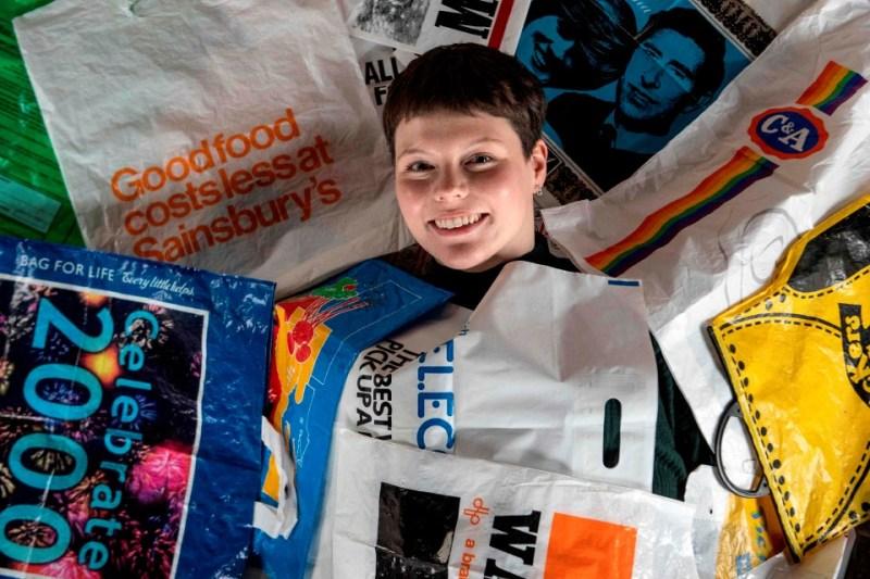 Artis British, Katrina Cobain, 24, dengan koleksi beg plastik di The Plastic Bag Museum, Glasgow. - Foto AFP