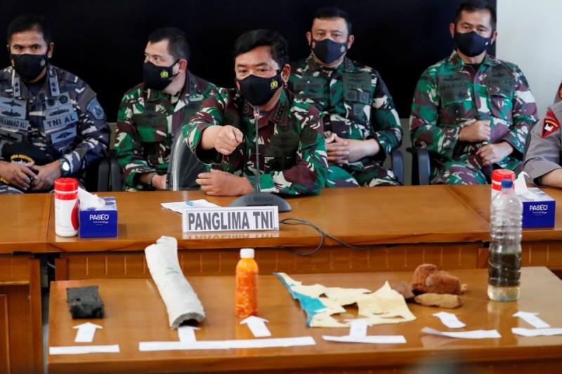 Ketua Tentera Indonesia, Hadi Tjahjanto (tengah) menunjukkan enam serpihan dipercayai daripada kapal selam KRI Nanggala. - Foto EPA