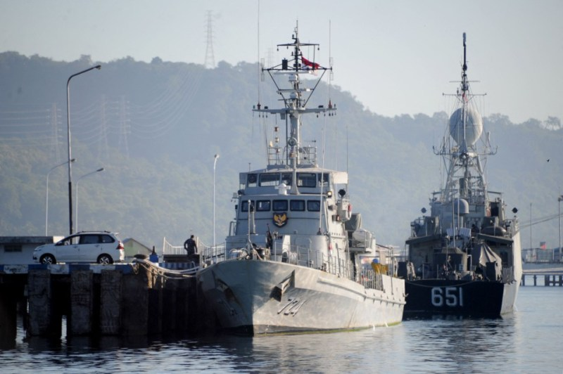 Kapal tentera laut Indonesia yang digunakan bagi mengesan kapal selam KRI Nanggala 204 yang hilang berlabuh di pangkalan di Banyuwangi, Jawa Timur. - Foto AFP