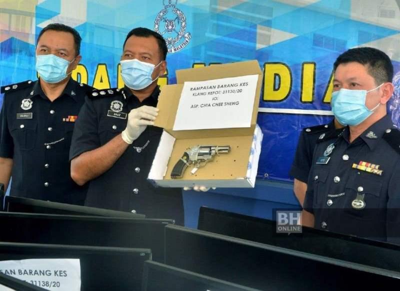 Ketua Polis Daerah Klang Selatan, Asisten Komisioner Shamsul Amar Ramli (tengah), menunjukkan revolver dipercayai milik ahli Geng 24 Apache yang tercicir selepas suspek bergaduh di Taman Sentosa Sabtu lalu. - Foto NSTP/ Faiz Anuar