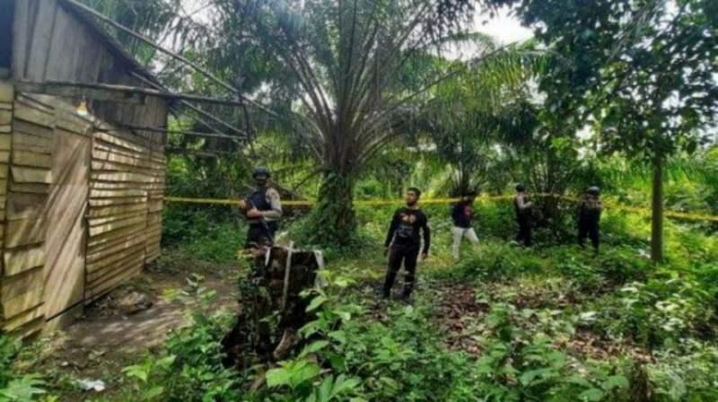 Anggota polis di kawasan kediaman mangsa di Birem Bayeun, Aceh Timur. - Foto Istimewa/Serambi Indonesia
