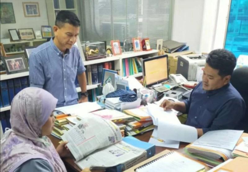 Peguam, Mohd Rasheed Hassan (kanan) bersama anak guamnya, Suharnizan Md Sidek (kiri) selepas menfailkan saman di Johor Bahru, hari ini.