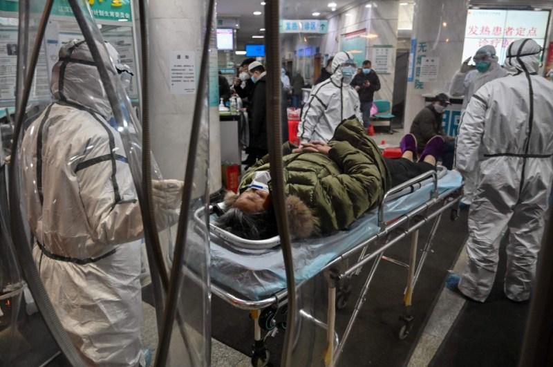Petugas kesihatan memakai pakaian perlindungan diri (PPE) ketika menguruskan pesakit di sebuah hospital di Wuhan pada Januari 2020. WHO berkata, kajian COVID-19 akan dimulakan di Wuhan minggu ini, untuk mengenal pasti potensi sumber jangkitan pada kes awal. - Foto fail AFP