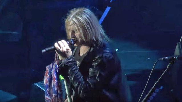 DEF LEPPARD Singer JOE ELLIOTT's Vocal Issues Force Postponement of Winter 2016 Tour Dates