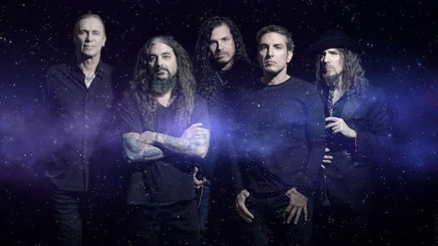 Los miembros de SONS OF APOLLO discuten un nuevo single Goodbye Divinity & # 39;