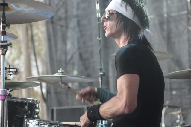 STEVE RILEY Dismisses TRACII GUNS's Criticism Of His Playing As 'Sophomoric And Ridiculous'