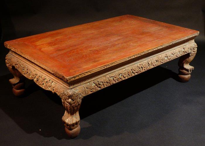 ancienne table basse en bois sculpte