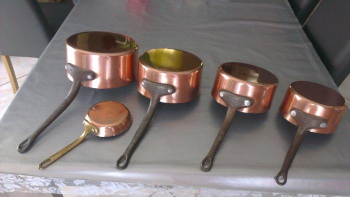 lot de quatre anciennes casseroles