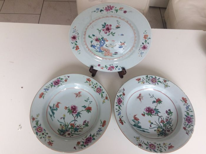 A series of three Chinese Famille rose plates. (3) - Porcelain - China - 18th century - Catawiki