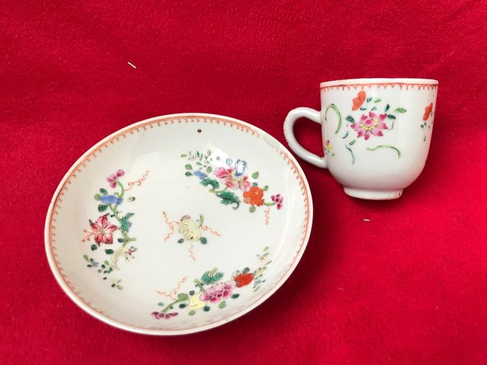A famille rose cup and saucer decorated with flowers - Porcelain - China - Qianlong (1736-1795) - Catawiki