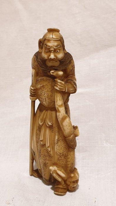 Okimono - Marine ivory - Shoki with oni - Japan - Late 19th century (Meiji period) - Catawiki