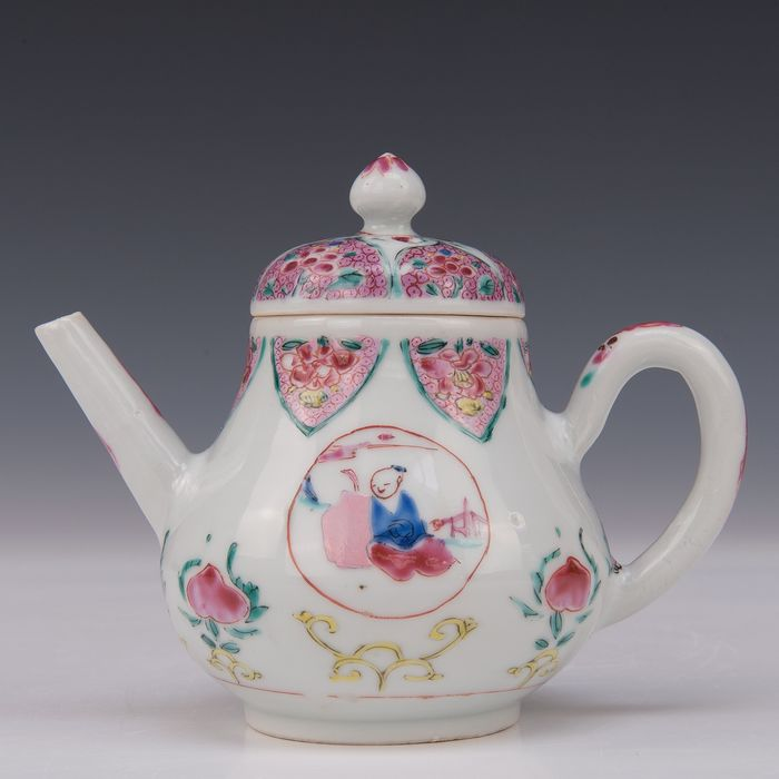 Teapot (1) - Famille rose - Porcelain - Figures and peaches - China - Qianlong, ca 1740 - Catawiki