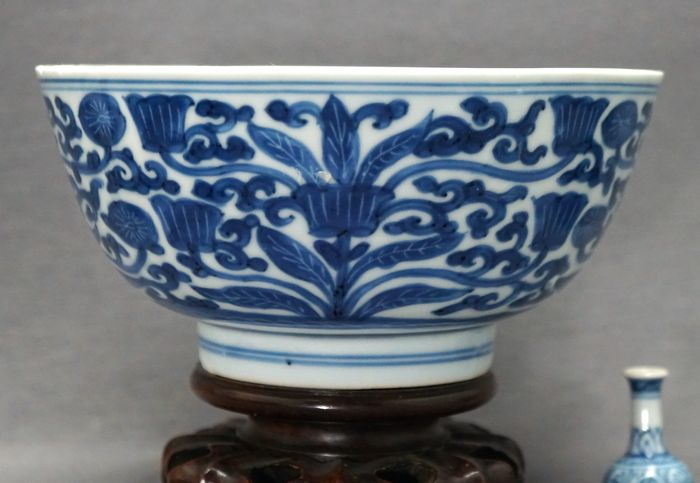 Bowl - Porcelain - Stylised florals - Inside and outside scratch painted - China - Kangxi (1662-1722) - Catawiki