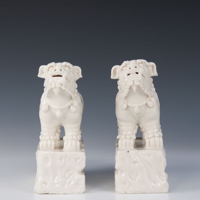 1 pair of Kylins (2) - Blanc de chine - Porcelain - China - early 19th century