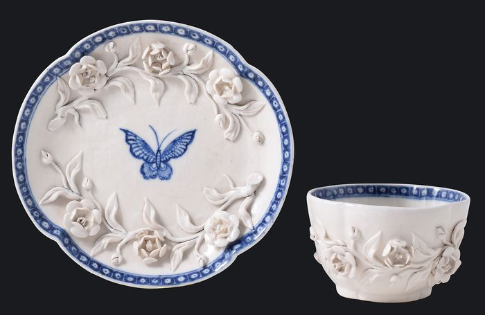 Tea bowl and saucer with relief-decoration - Porcelain - China - Qianlong (1736-1795) - Catawiki