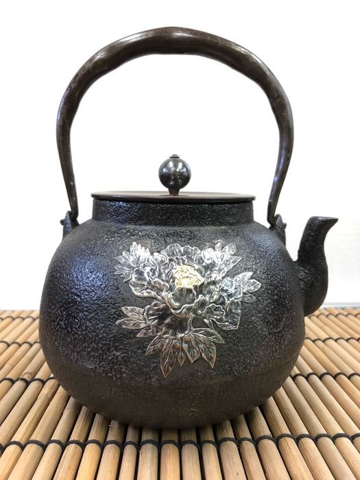 Tetsubin - Iron and Copper Covers and Silver - Exquisite gold and silver inlaid butterfly-pattern iron pot - Japan - Taisho Period(1911-1925) - Catawiki