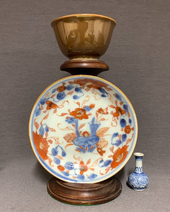Cup, Saucer (2) - Porcelain - Underglaze blue, red and gold - Lotus amidst valuables - Brown back - China - Kangxi (1662-1722) - Catawiki