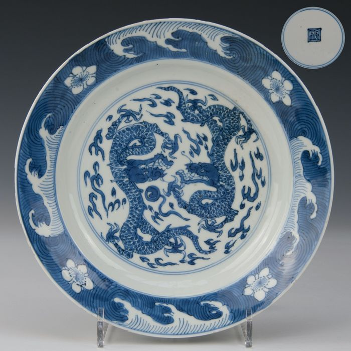 Plate, marked in double ring (1) - Porcelain - Dragons with flaming pearl - China - Kangxi (1662-1722) - Catawiki