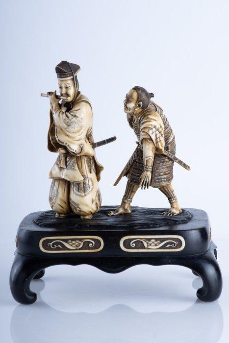 Okimono - Elephant ivory - Eccezionale e raro soggetto - Samurai Yasumasa e Kidomaru - Scuola di Kyoto - Soggetto pubblicato - Japan - Meiji period (1868-1912)