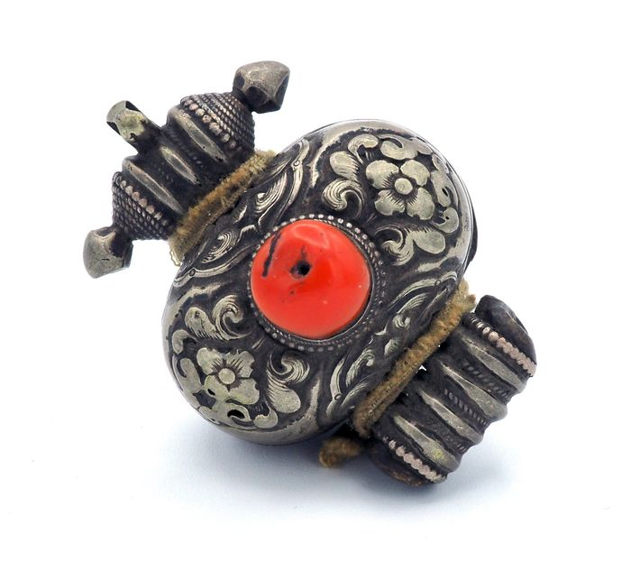 Old ornate Ghau reliquary decorated with a coral cabochon - Copper, Coral, Silver - Tibet - 18th century