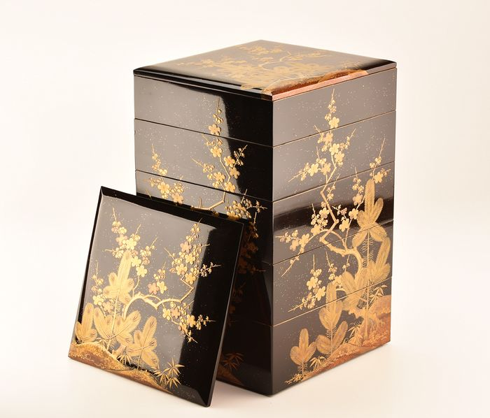 jubako box (1) - Gold, Lacquer, Wood - Very fine maki-e young pines and ume design - including original tomobako - Japan - 19th century - Catawiki