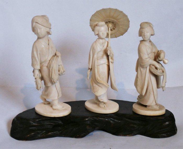 Okimono - Elephant ivory - a fine trio of bejin by the same maker - Japan - Meiji period (1868-1912) - Catawiki