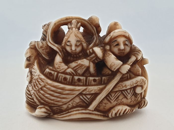 Netsuke - Ivory - five people in the boat - signed to the bottom - Japan - Meiji period (1868-1912) - Catawiki