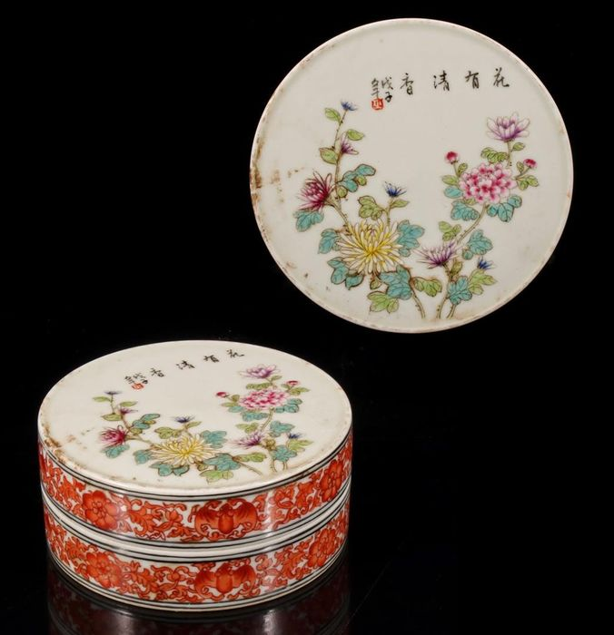 Porcelain box with polychrome decor of flowers with carnation and decorated side - Porcelain - Qianlong mark! - China - Republic period (1912-1949)