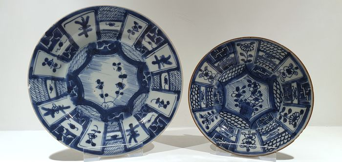 Plates (2) - Blue and white - Porcelain - Flowers, Swastika - Kangxi plates in Wanli style - China - Kangxi (1662-1722) - Catawiki