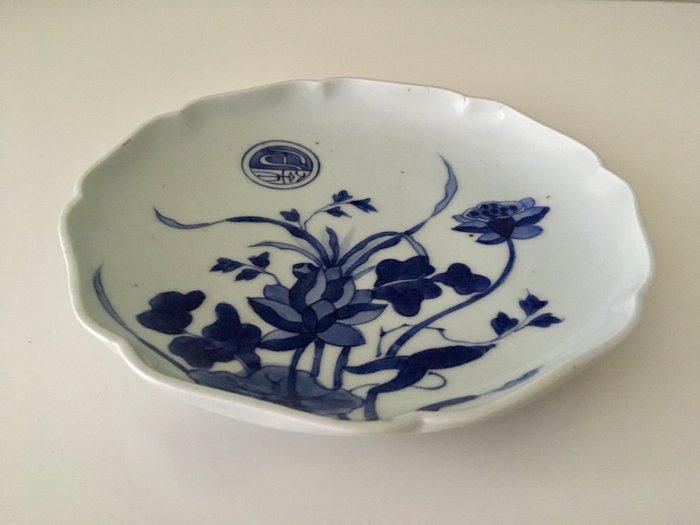 A dish with decor of lotus - Arita or Kakiemon - Porcelain - Japan - 17th century - Catawiki
