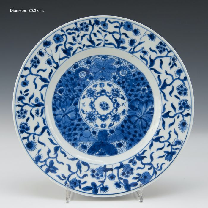 Large plate (1) - Blue and white - Porcelain - Flowers, marked in double ring - China - Kangxi (1662-1722)