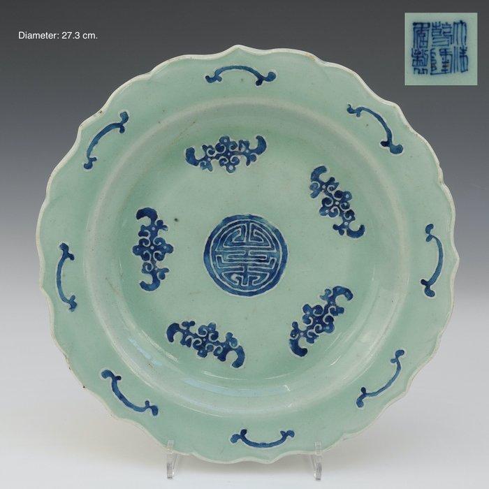 Large lotus shaped plate - marked (1) - Celadon - Porcelain - Stylized bats - China - 19th century - Catawiki