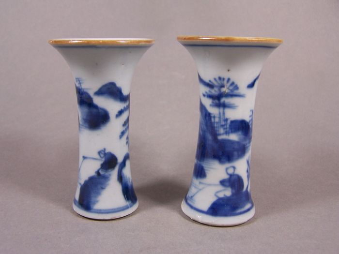 Pair of vases (2) - Blue and white - Porcelain - A pair of blue and white decorated rouleau vases, 2nd half 18th century - China - Qianlong (1736-1795)